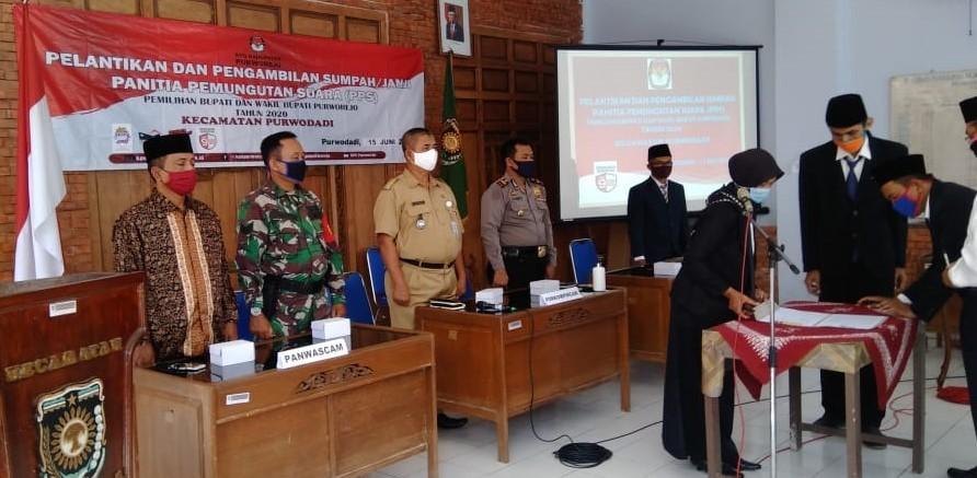 Pelantikan dan Pengambilan Sumpah dan Janji Panitia Pemungutan Suara Kecamatan Purwodadi - (Ada 1 foto)